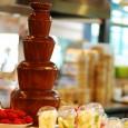 Neben spezieller Schokolade für Schokobrunnen eignet sich am besten Kuvertüre ...