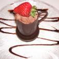 Mousse au chocolate mit Fruchtspiegel und einer Kugel Vanilleeis servieren ...